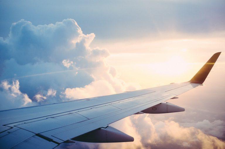 Jak wybrać szkołę lotniczą, by uzyskać licencję pilota? Poradnik
